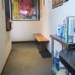 麺王 - 店内のウェイティングスペース