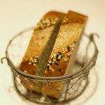 la Brianza - ランチコース 3000円 の黒胡麻のパン