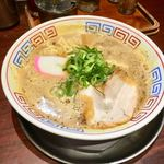 まっち棒 - チャーシュー、メンマ、かまぼこ、ネギがのっかっていて、スープは、泡立ちがあり、濁り濃い茶褐色のスープ。