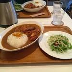 ユーカリー - スパイシーチキンカツカレーのM(840円)とユーカリ―セット(+50円)のサラダ