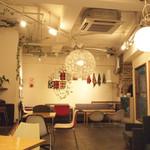 STEP STAMP cafe - おしゃれで落ち着く店内。