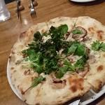 83522126 - 北見産放牧豚とリコッタチーズのビアンコピッツァ野菜添え