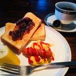 サウサリート - 料理写真:ブレンドコーヒー400円と小倉トーストのモーニング
