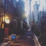 BAR ロバの耳 - 居酒屋横の小道に見える青い看板
