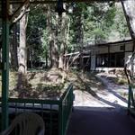 カントリーレストラン 渓流荘 - 川床から見た母屋の様子
