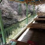 カントリーレストラン 渓流荘 - 段戸川を眺める川床で食事できます
