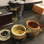 武術家 - 卓上の調味料は、豆板醤、おろしニンニク、ブラックペッパー、酢。