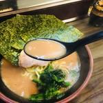 武術家 - 粘度あるスープ。破壊力あります。骨髄感のあるスープ。濃さは普通で注文しましたが、唇テッカテカ。