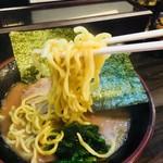 武術家 - 麺は酒井製麺の中太麺。硬めで注文。適度な歯応えと噛んだ時のモッチリ感。この濃いスープにはやはりこの太くて短い麺が合う‼︎