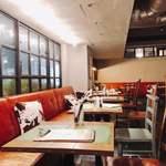 生クリーム専門店MILK CAFE - 店内奥。19:00過ぎは静かでいい雰囲気✨