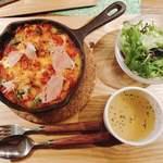 生クリーム専門店MILK CAFE - ドリアにはサラダとスープが付いてます。