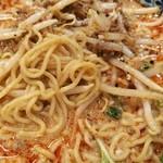83547217 - 旨味の強い挽肉にシャキシャキもやし、ナッツの香ばしさとクリーミーなスープが、細麺にからむ!