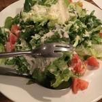 ティンバーズ カフェ ツキジ テーブル - (料理)サーモンジャーキーとクリスピーチーズのシーザーサラダ
