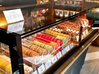 リンツ ショコラ カフェ 表参道店 - マカロンやボンボンショコラのショーケース