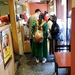 蛸薬師わなか - 入口で注文 中でも外でも食べられます