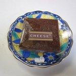 チーズ・チーズ・チーズ - ベイクドチーズケーキのチョコレート130円です。