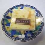 チーズ・チーズ・チーズ - ベイクドチーズケーキ(チーズモロモロ)120円 甘さ控えめでさっぱりとした味のチーズケーキです。