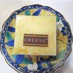 チーズ・チーズ・チーズ - ベイクドチーズケーキ(チーズドセシボン)120円 生クリームとクリームチーズのなめらかさが良く現れた商品です。