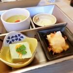 さんのみや 三ッ輪 - 四種鉢:小松菜の茶碗蒸し、よもぎ豆腐、りんごコキール、筍真丈桜花揚げ