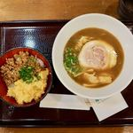 うめぇら食堂 - 静岡だし系プレミアムラーメン 810円 しいたけ鶏そぼろ二色丼 500円