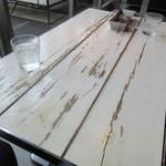 マーサーブランチ - 窓際のテーブル 結構使い込まれた感有り!