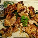 魚伝 - 骨付きもも肉1本山賊焼きは食べやすいようにカットしてくれます