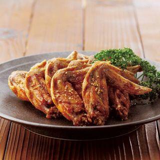 昭和五九年から変わらぬ味、鶏料理専門店の焼き鳥や手羽先を堪能