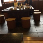 たくみや - 相席の入り口たたきの大テーブル
