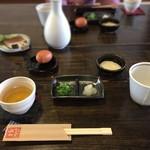 たくみや - 皿そばの薬味と、お茶とつゆか先に登場