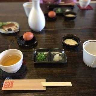 たくみや - 料理写真:皿そばの薬味と、お茶とつゆか先に登場