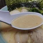 魂心家 - 濃厚クリーミーな豚骨スープ