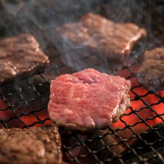 精肉店直送の佐賀牛を七輪炭火で焼き上げ、肉の旨みを楽しむ!