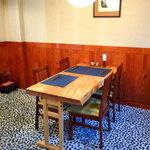 夥汲 - テーブル席は一卓のみ。ゆったりとしたスペースで、接待にもうってつけ。