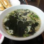 宇都宮餃子館 - ランチタイムはライス、スープ、漬け物がサービス