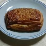 メゾンカイザー仙台 - チーズとベーコンとベシャメルソースのクロワッサン。
