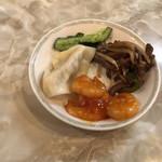 横浜中華街 龍興飯店 - エビチリ・水餃子・キュウリの和え物・青椒肉絲