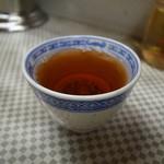 水新菜館 - 食後に供される熱い烏龍茶もまた良し