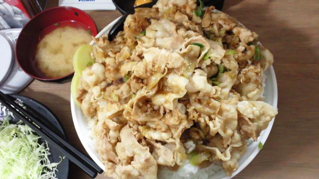 伝説のすた丼屋 横浜西口店 - 上から 肉増し×4でもかなりの肉の量です