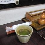 上村うなぎ屋 - お茶とおしぼりで迎えられ