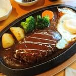 83649712 - ハンバーグステーキ。温野菜は定番のポテト、ブロッコリー、ニンジン。
