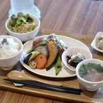 HORI cafe - 料理写真:国産鶏の香草パン粉焼き 自家製トマトソース