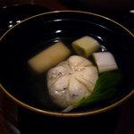 伊東遊季亭 ダイニング  - 清汁仕立 すっぽん 木海月 焼餅 焼葱 生姜