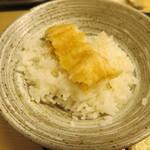 天ぷら やす田 - 天つゆにつけてごはんの上に