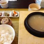 明神ふかひれ櫻華 - 「石鍋入り黄金ふかひれスープセット」。 白飯、点心・広東焼売、箸休め・三種盛合せ、デザート・ふわとろ杏仁豆腐付き。