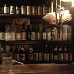 日南 - カウンター正面には見応えある、ボトル棚。ぎっしりのお酒達。