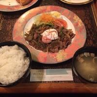 ウイング-宴会で食べ放題のご飯と味噌汁(メインはしょうが焼き)
