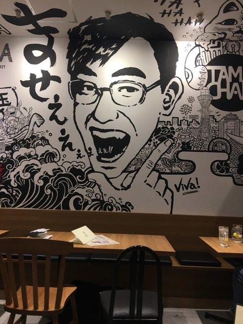 お好み たまちゃん ルクア大阪店 - 店内と壁のたまちゃん??