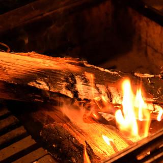 素材の美味しさを引き出す薪でグリルした料理の数々