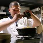 83689340 - 雑炊を作る井上さん