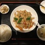 83699909 - ランチの鳥肉の黒胡椒炒め  500円